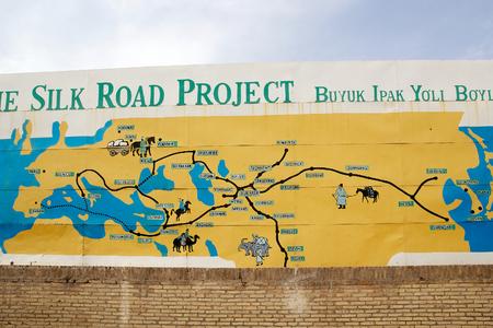 De kaart van de Silk Road in de Itchan Kala, Khiva, Oezbekistan. Itchan Kala is de ommuurde binnenstad van de stad Khiva. Sinds 1990 is beschermd als een World Heritage Site. De oude stad behoudt meer dan 50 historische monumenten en meer dan 250 ol