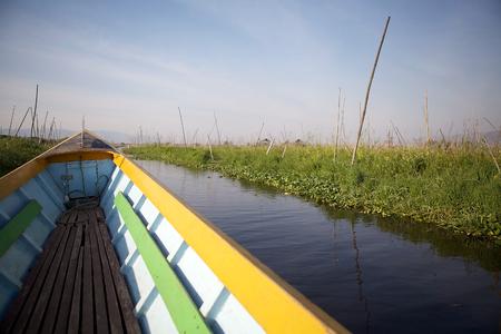 tierra fertil: En barco entre los jardines flotantes en el lago Inle, Estado de Shan, Myanmar. Tradicional m�todo de la agricultura wich utiliza una peque�a �reas rectangulares de tierra f�rtil para cultivar en el lecho de un lago poco profundo Foto de archivo