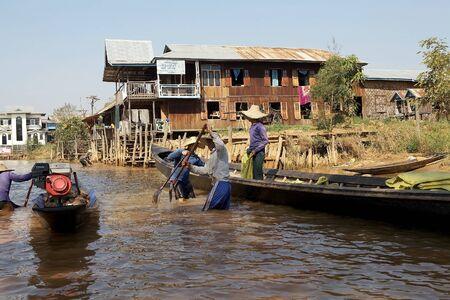 tierra fertil: Hombres birmanos est�n excavando en el Lago Inle, en la aldea de Nan Pan, Estado de Shan, Myanmar. Ellos est�n tomando la tierra para hacer los jardines flotantes, una peque�a tierra f�rtil rectangular para cultivar en el lecho de un lago poco profundo.