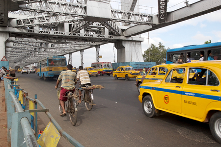 ia: Traffic along the Howrah Bridge, Kolkata, West Bengal, India. Howrah Bridge ia a cantilever bridge with suspended span over the Hoogly River. It was commisioned in 1943.