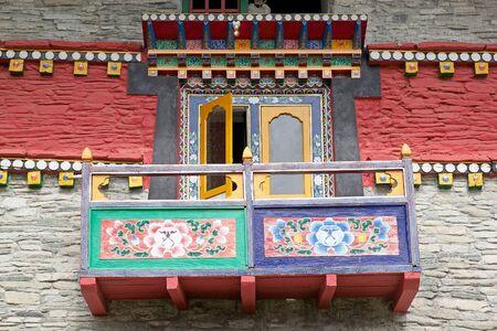 octogonal: Los detalles del balcón decorado en el Labrang Gompa, Sikkim, India. Es un gompa forma octogonal en el camino hacia Gagtok. El gompa es una fortificación eclesiástica budista.