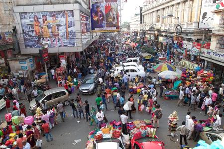 새로운 시장, 콜카타, 인도 근처 사람들의 군중. 새로운 시장 린제이 거리에있는 폐쇄 된 시장이다. 새 시장 주변의 거리 고급 쇼핑 지역이 될하는 데