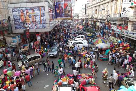 Foule de personnes près de la New Market, Kolkata, Inde. New Market est un marché fermé situé dans la rue Lindsay. Les rues autour du New Market sont utilisés pour être une zone de shopping haut de gamme Éditoriale