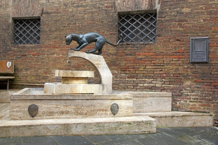 palio: Panther monument and motto at the Panthera, panther, contrada border, Siena, Tuscany, Italy. Pantera contrada is one of 17 districts in Siena that race in the Palio di Siena. Panthera contrada is situated at the Western edge of the city. Traditionally, it Stock Photo