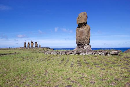 Moai en la Isla de Pascua, Rapa Nui, Chile. Tahai sitio arqueológico. Isla de Pascua es una isla chilena en el Océano Pacífico suroriental. Es famoso por sus 887 estatuas monumentales existentes que se llaman moai