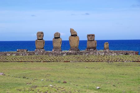 rapanui: Moai en la Isla de Pascua, Rapa Nui, Chile. Tahai sitio arqueológico. Isla de Pascua es una isla chilena en el Océano Pacífico suroriental. Es famoso por sus 887 estatuas monumentales existentes que se llaman moai