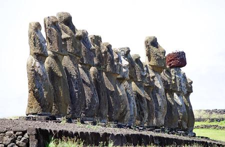 Moai en el sitio arqueológico de Tonariki, Isla de Pascua, Rapa Nui, Chile. La Isla de Pascua es una isla chilena en el sureste del Océano Pacífico. Es famoso por sus 887 estatuas monumentales existentes llamadas moai Foto de archivo