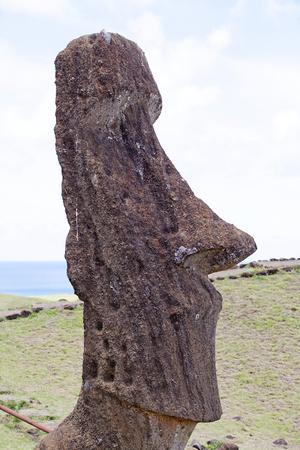 Moai en el sitio arqueológico Rano Raraku, Isla de Pascua, Rapa Nui, Chile. Isla de Pascua es una isla chilena en el Océano Pacífico suroriental. Es famoso por sus 887 estatuas monumentales existentes que se llaman moai Foto de archivo