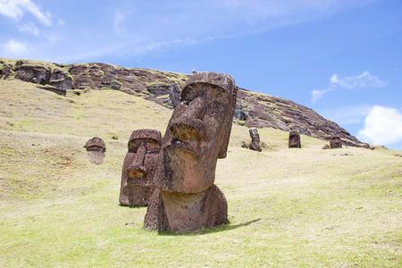 rapanui: Moai en el sitio arqueológico Rano Raraku, Isla de Pascua, Rapa Nui, Chile. Isla de Pascua es una isla chilena en el Océano Pacífico suroriental. Es famoso por sus 887 estatuas monumentales existentes que se llaman moai Foto de archivo