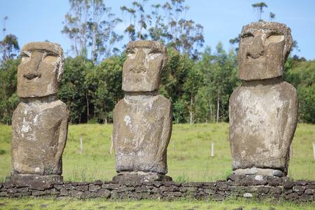 Detalles de moai en Ahu Akivi, Isla de Pascua, Chile. Ahu Akivi es un lugar sagrado con siete moai, todos de igual tamaño y forma. La cara de la cara del moai durante el equinoccio de la primavera y tiene sus partes posteriores a la puesta del sol durante el equinoccio del otoño. Foto de archivo