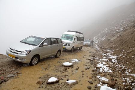 Slecht weer langs de weg van Leh naar de Khardung La Pass, 5602 m, in de regio Ladakh van de Indiase deelstaat Jammu en Kasjmir