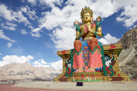 Nubra 밸리, Ladakh, 인도에서 Diskit 수도원 근처 부처님의 동상. 파키스탄을 향한 시냇가를 향한 32 미터 상이다. 스톡 콘텐츠