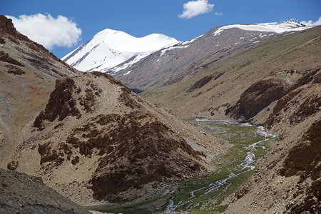 Vallei langs de weg van de Taglang La-bergpas in het gebied van Ladakh in de Indische staat van Jammu en Kashmir. De bergpas is een hoogte van 5359 meter, 's werelds op een na hoogste doorlaatbare pas ter wereld