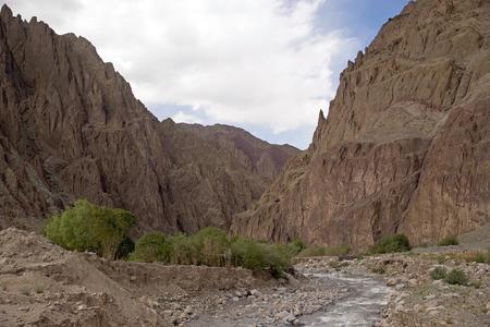 Vallei langs de weg van de Taglang La bergpas naar Leh in de regio Ladakh in de Indiase deelstaat Jammu en Kasjmir.