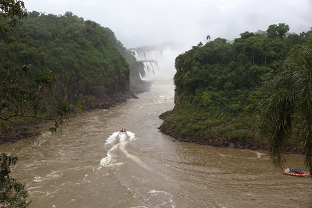 Tourists on the speed boat along the Iguazu River at the Iguazu Falls, view from the Argentine side. Iguazu Falls are waterfalls of Iguazu River on the border of the Argentine province of Misiones and the Brasilian state of Parana Imagens