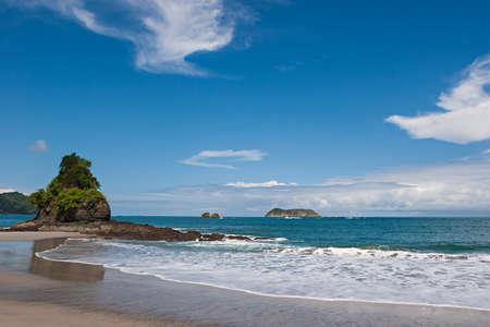 美しい太平洋のビーチでマヌエル Antonio、コスタリカで表示します。国立保護区。