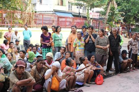 alms: Yakarta, Indonesia, 6 de febrero de 2012 - Los pobres visitaron y se reunieron en el patio del templo m�s antiguo para obtener limosnas. Editorial