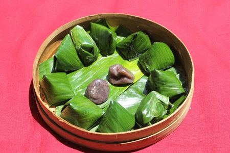 comestible: Indonesian food is known as kue bugis, comestible made from glutinous rice and grated coconut