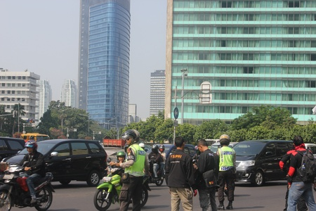 Jakarta, Indonesia, July 12, 2012. Police are setting up the traffic flow around the Hotel Indonesia roundabout Stock Photo - 14419451