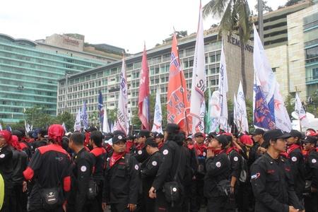 minimum wage: Yakarta, 6 de febrero de 2013, miles de trabajadores manifestaci?n para protestar contra el retraso a los aumentos del salario m?nimo en Yakarta. Editorial