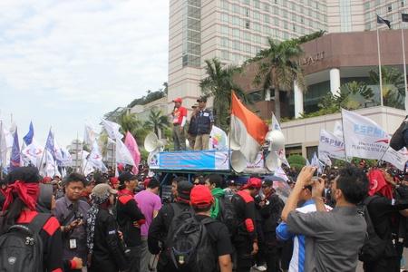minimum wage: Yakarta, 6 de febrero de 2013, miles de trabajadores manifestaci�n para protestar contra el retraso a los aumentos del salario m�nimo en Yakarta.