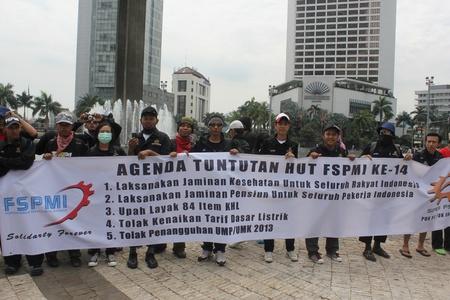 minimum wage: Yakarta, 6 de febrero de 2013, miles de trabajadores realizaron una manifestaci�n para protestar contra el aumento del salario m�nimo retraso en Yakarta