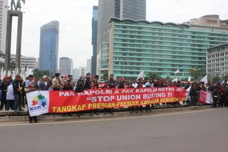 minimum wage: Yakarta, 6 de febrero de 2013, miles de trabajadores realizaron una manifestaci?n para protestar contra el aumento del salario m?nimo retraso en Yakarta
