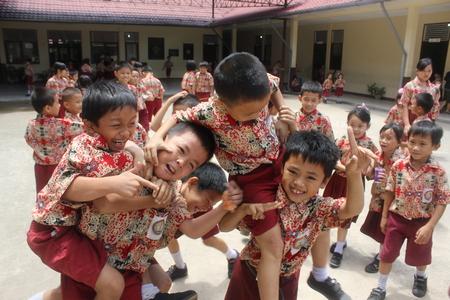 escuela primaria: Los estudiantes de primaria en Singkawang, West Kalimantan, Indonesia, estaban jugando