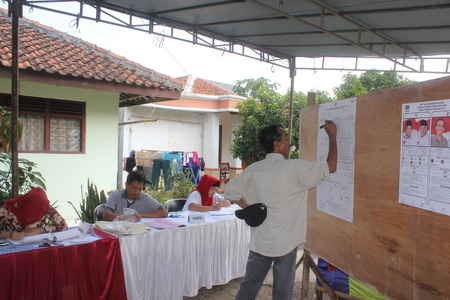 voters: Voters cast their ballots at the polls to choose a new president of Indonesia, 9 July 2014