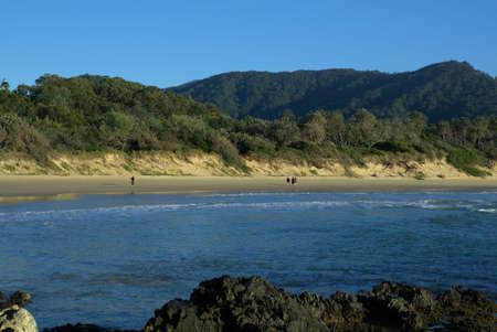 해변, 모래, 바위, 바다 파도, 언덕, 산, 나무 및 바다에서 신원 불명 한 서퍼의보기 뉴 사우스 웨일즈 호주 스톡 콘텐츠