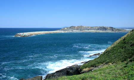 Panorama van Coffs-Haven Zuidelijke Breakwall of Zuid-Breakwall, overzees, heuvels, blauwe hemel, horizon in de verre afstand in Australië Stockfoto