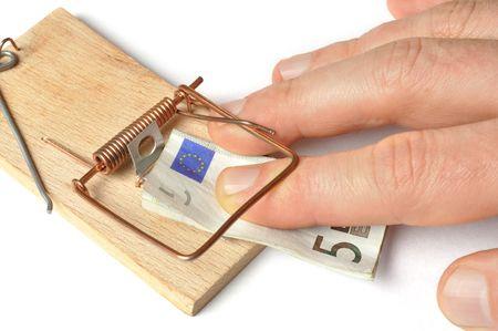 mousetrap: Mano e una trappola per topi con 5 euro Archivio Fotografico