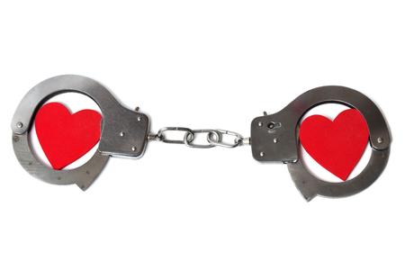 cuffed: Dos corazones esposadas aislados en fondo blanco
