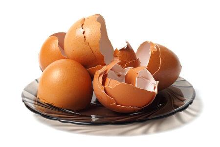 Plat avec des coquilles d'oeufs vides, la source de calcium saine Banque d'images