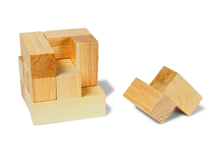 lógica: rompecabezas de la lógica de madera sobre fondo blanco