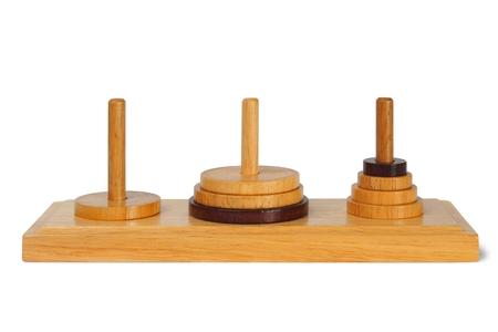 juguetes de madera: torres de madera de Hanoi aislados sobre fondo blanco