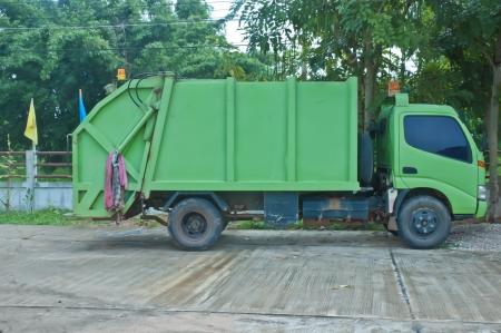 camion de basura: Camión de basura verde. Foto de archivo