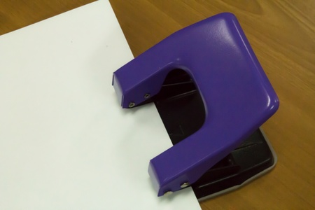 paper punch: paper punch,To penetrate the paper