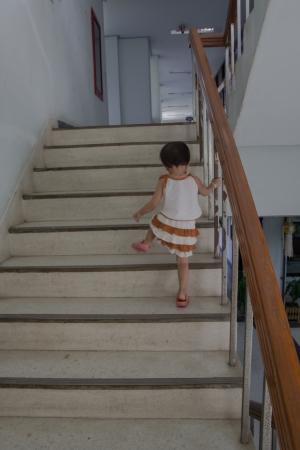 climbing stairs: Los ni�os hasta la escalera.