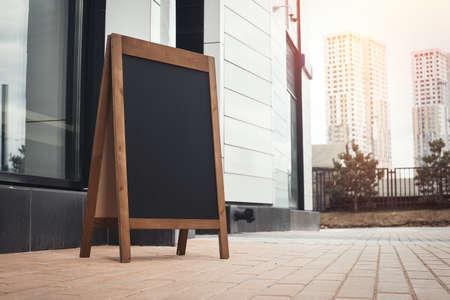 Sandwich Board en la calle cerca de skyscarpers. Foto de archivo