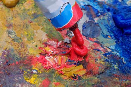 Le travail dans les arts visuels peinture colorée brosse, etc.