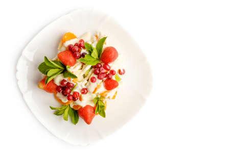 Mixed Obstsalat auf weißem Hintergrund in der Schüssel