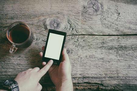 hand met behulp van telefoon wit scherm op bovenaanzicht Stockfoto