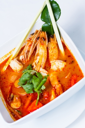 gamba: Tom Yum Goong, La sopa picante y agria thai más aromático Foto de archivo