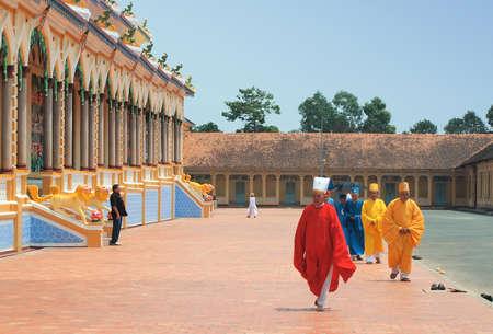 Tay Ninh, VIETNAM - 8 mars 2013: Monks, Cao Dai Temple Éditoriale