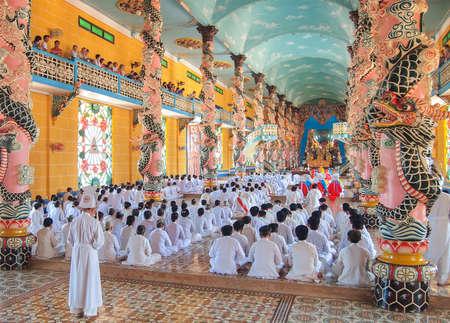 Tay Ninh, VIETNAM - 3 MARS Méditer adeptes de la religion Cao Dai dans le temple Cao Dai sur le 3 mars 2013 Éditoriale