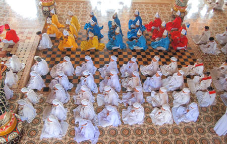 Tay Ninh, VIETNAM - 3 MARS Méditer adeptes de la religion Cao Dai dans le temple Cao Dai sur le 3 mars 2013