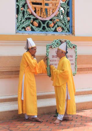 Tay Ninh, Vietnam - 8 Mars, 2013: Monks, Cao Dai Temple