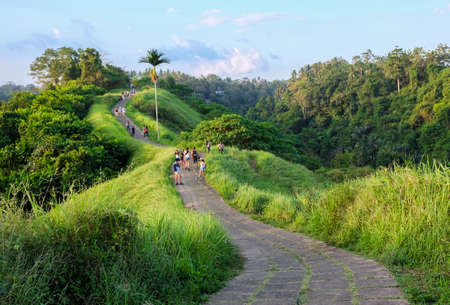Campuhan 尾根夕日、ウブド バリ島の風光明媚なグリーン バレーで歩く 写真素材