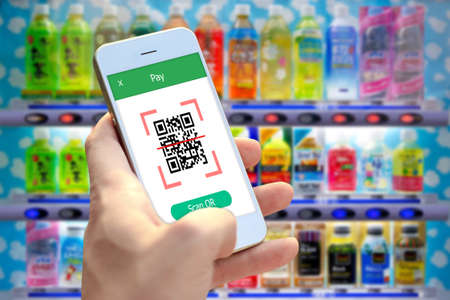 Hand holding smartphone to scan QR code payment , online shopping , cashless technology concept. Banque d'images - 100287037